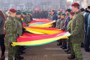 Telšių Nepriklausomybės aikštę papuošė 99 trispalvės
