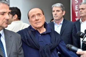 Po širdies operacijos S. Berlusconi atrodo sulysęs ir išsekęs