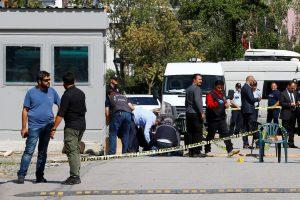 Į Izraelio ambasadą pasikėsinęs užpuolikas – pašautas