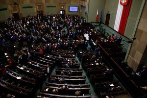 Lenkijos opozicija nutraukia sėdimąjį streiką parlamente