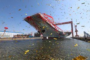 Kinija nuleido į vandenį pirmąjį savo pasistatytą lėktuvnešį