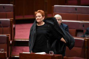 """Australijoje burką vilkinti politikė sukėlė """"pasibaisėtiną"""" akibrokštą"""