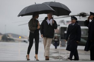 Teksasą aplankiusios M. Trump apranga sulaukė kritikos