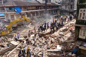 Indijoje sugriuvus pastatui žuvo mažiausiai septyni žmonės, dešimčių ieškoma