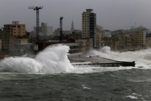 """Uraganui """"Irma"""" pasiekus Floridą, 170 tūkst. būstų nėra elektros"""