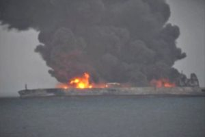 Prie Kinijos krantų degančiam Irano tanklaiviui gresia sprogimas