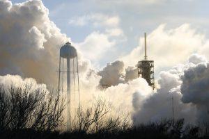 """""""SpaceX"""" sėkmingai paleido galingiausią pasaulyje raketą nešėją skrieti Marso link"""