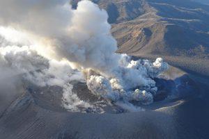 Japonijoje išsiveržė ugnikalnis, atšaukta dešimtys skrydžių