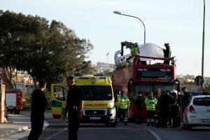 Maltoje į medį įsirėžė turistų autobusas, yra žuvusiųjų