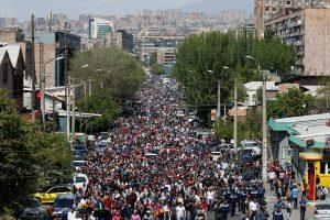 Armėnijoje tūkstančiai demonstrantų vėl išėjo į gatves