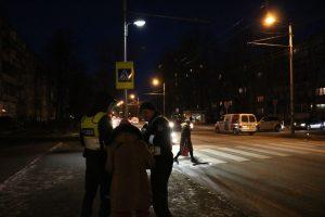 Apie pavojų keliuose priminė degančios žvakutės ir pareigūnai