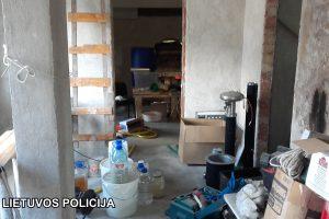 Nustebo net pareigūnai: gudrutis naminę degtinę gamino nuotoliniu būdu