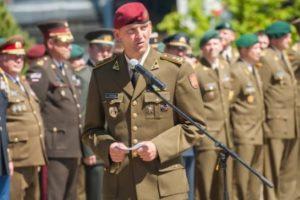 Naujasis karių savanorių vadas žada didinti pajėgas, pasisako už ginklą namuose