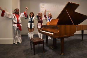 Grupės ABBA fortepijonas parduodamas aukcione