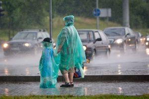 Pliaupiantis lietus išstūmė kanalizacijos dangtį