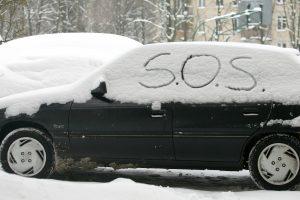 Vairavimo ypatumai žiemą: skubėdami vairuotojai nenuvalo nė priekinio stiklo