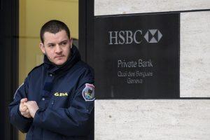 Šveicarijos pareigūnai tiria pinigų plovimą banke HSBC, atliekamos kratos