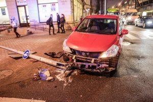 Po epilepsijos priepuolio vairuotoja rėžėsi į stulpą