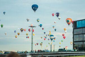 Neregėta: šimtmečio proga virš Kauno pakilo šimtas oro balionų
