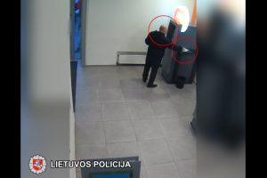 Policija ieško apsivogusio plikio: paėmė svetimus pinigus prie bankomato