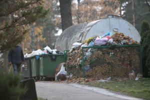 Šiukšlių kalnai po Vėlinių: konteineriuose randa net antkapių