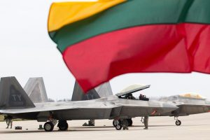 NATO naikintuvai du kartus kilo lydėti Rusijos karinių orlaivių