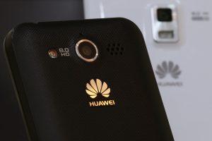 """Prašo aiškintis, ar """"Huawei"""" telefonai tikrai saugūs"""