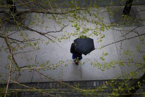 Pasimėgauti pavasariška šiluma kliudys lietus