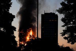 Per gaisrą Londono daugiabutyje žuvo 12 žmonių
