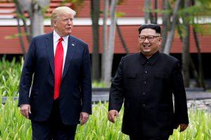 """D. Trumpas sako """"pamilęs Šiaurės Korėjos lyderį"""""""