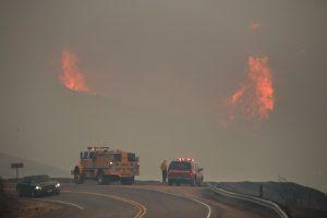 Smarkaus vėjo kurstomi Kalifornijos gaisrai grėsmingai plinta