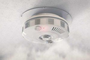Dauguma lietuvių mano, kad dūmų detektorių turėti svarbu, bet juos turi tik trečdalis