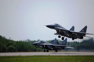 NATO naikintuvai triskart kilo lydėti Rusijos karinių orlaivių