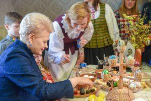 Prezidentė Trakuose dažė kiaušinius, mokėsi austi ir gamino kibinus
