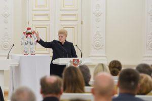 Apdovanoti jaunuosius mokslininkus prezidentei padėjo robotas