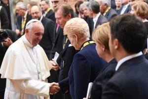 Prezidentė Vatikane dalyvavo popiežiaus apdovanojimo iškilmėse