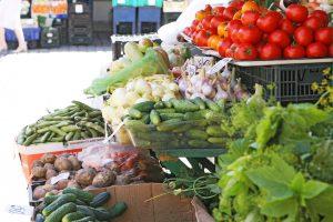 Daržovių perpardavinėtojai ūkininkų turguose – nesąžininga, bet legalu