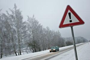Įspėja: keliuose vis dar pasitaiko slidžių ruožų