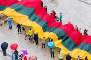 Liepos 6-ąją miestuose bus išskleistos jaunimo pasiūtos vėliavos