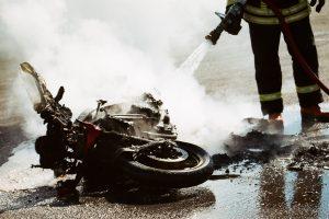 Panevėžio rajone motociklas rėžėsi į kelio darbininkų mašiną, sužaloti du žmonės