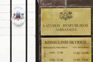 Neblaiviems jaunuoliams užkliuvo Latvijos ambasados apsaugos postas