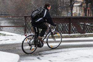 Kokiu didžiausiu greičiu dviratininkas gali važiuoti šaligatviu?