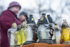 Skundžiasi Vėlinių žvakėmis: taupant naudojamos prastesnės žaliavos