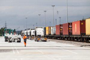 Eksportuotojai su nerimu stebi prekybos karą tarp JAV ir Europos