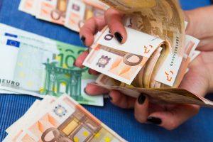 Sparčiai mažėja vėluojančiųjų grąžinti greituosius kreditus