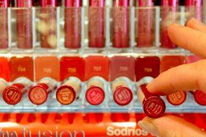 Vaistinėse jau parduodami ir lūpų dažai