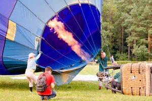 Oro baliono įgula pateko į aukštos įtampos laidų spąstus