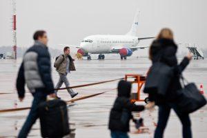 Ar keleiviai su vaikais lėktuve gali būti pasodinti atskirai?