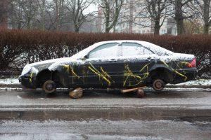 Kas nutinka žiemą su be priežiūros paliktais automobiliais?
