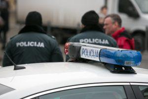 Garliavoje apvirtus policijos automobiliui nukentėjo pareigūnė